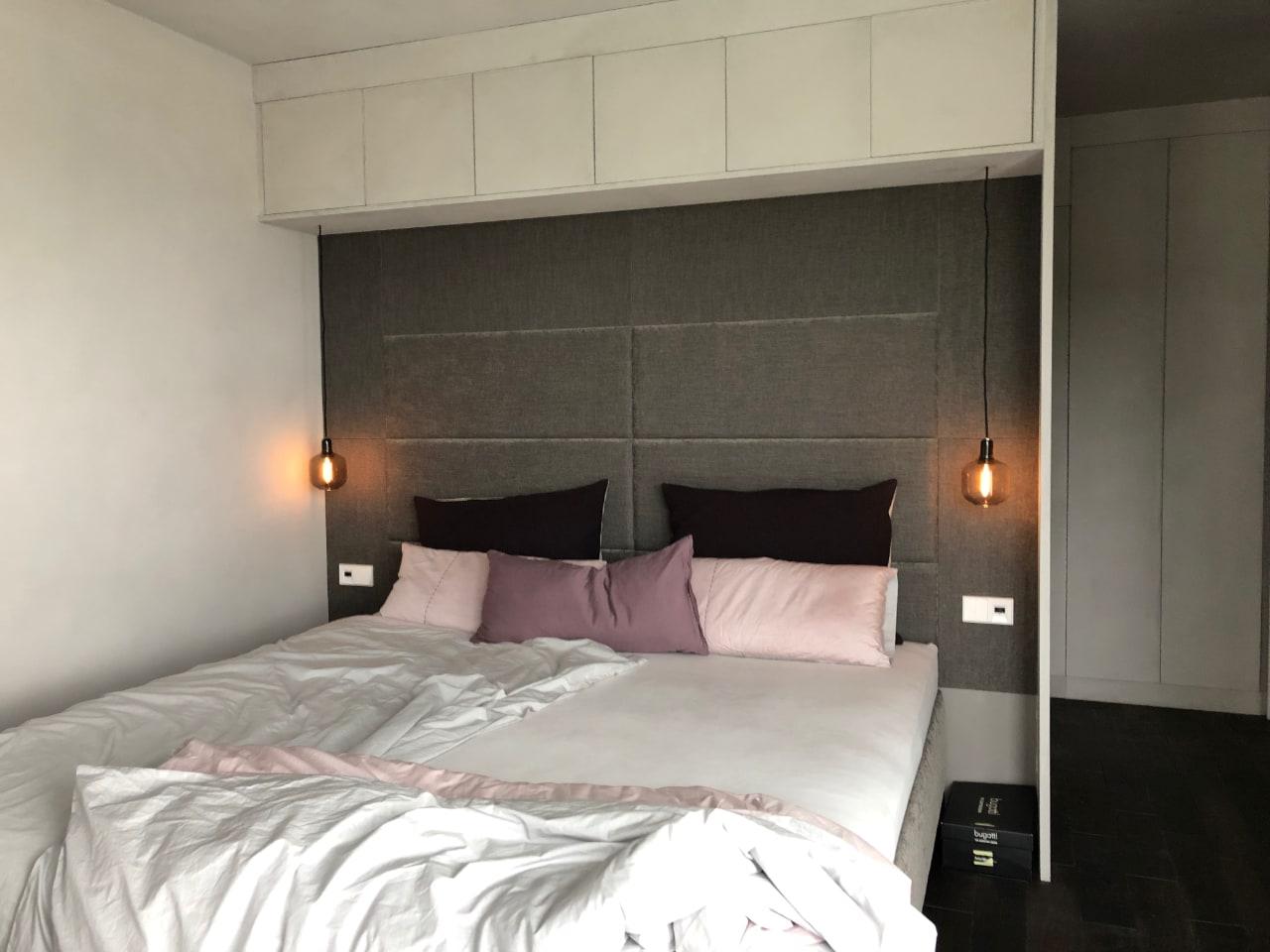 Das Schlafzimmer, mit Hängeleuchten anstatt einer Nachttischleuchte