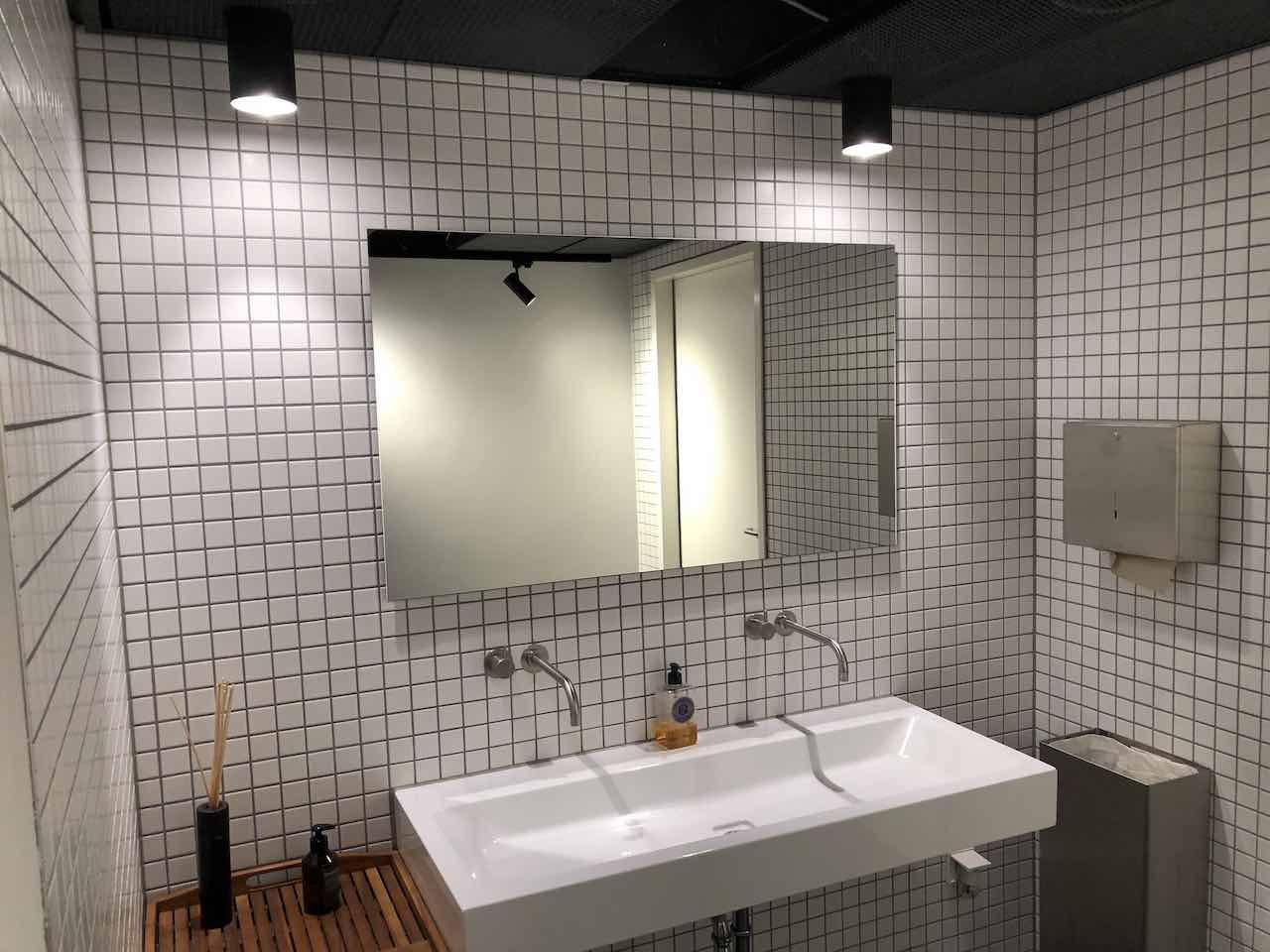 WC Lichtkonzept Spiegelbeleuchtung