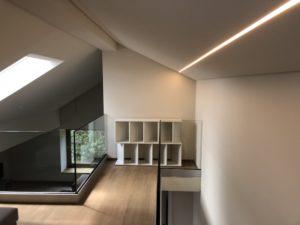 Eine Dachschräge mit LEDlinien